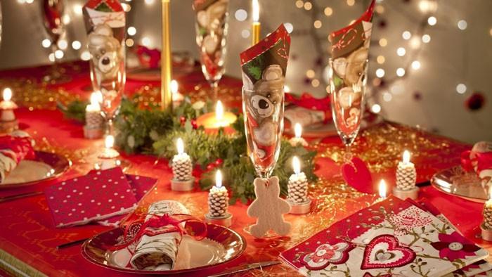 Свечки в виде шишек небольшие по размеру и лишь подчеркнут красоту и изящество сервировки