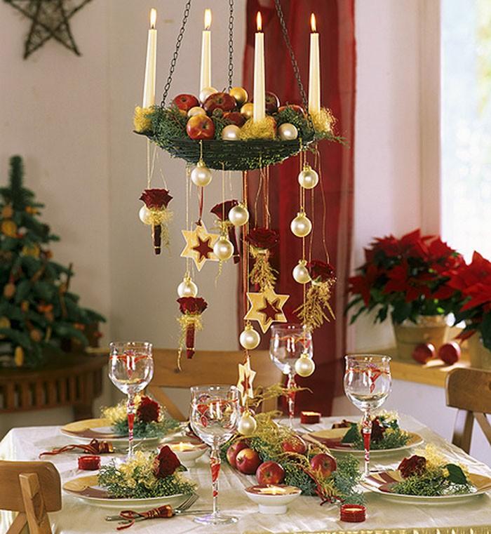 Свечи в подвесном канделябре являются самым праздничным тематическим вариантом украшения стола