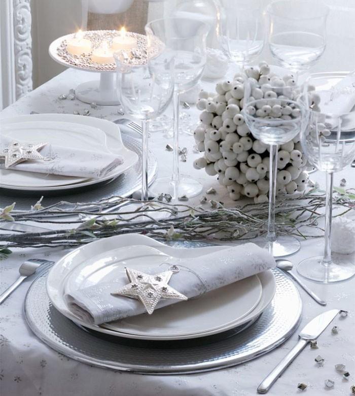 А как украсить стол салфетками, если не хочется контраста? Белый является универсальным цветом, и сочетание белых салфеток и белой скатерти никого не покоробит, наоборот – можно декорировать стол в истинно зимних тонах